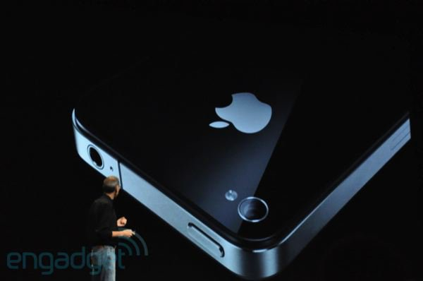 Zadní strana iPhone 4. Novinkou je LED dioda.